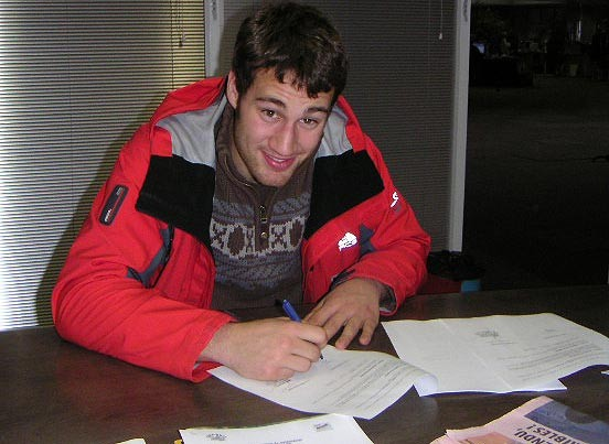 Arnaud Dubois signs the contract